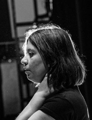 Fotografía de la actriz Yésica Val ensayando en la Escuela de Teatro Valacar.