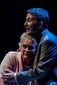 """Descargar fotografía de Willy Méndez abrazado por Felipe Cotelo en una escena del espectáculo """"Flechas del ángel del olvido""""."""