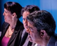 """Descargar fotografía de Antonio Rumbo, Trinidad Canosa y Ana Docampo sentadas en la sala de espera de un hospital en una escena del espectáculo """"Flechas del ángel del olvido""""."""